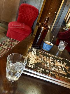 テーブル ワインのグラスの写真・画像素材[1557977]