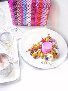 テーブルの上に食べ物のプレートの写真・画像素材[806893]