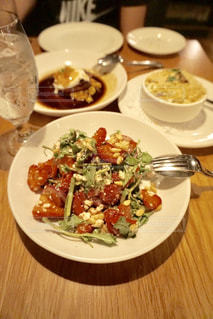 テーブルの上に食べ物のプレートの写真・画像素材[806901]