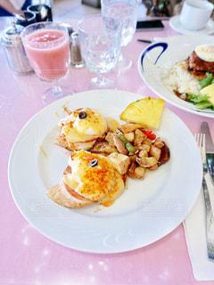 テーブルの上に食べ物のプレートの写真・画像素材[806906]