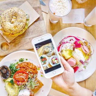 テーブルの上に食べ物のプレート - No.877458