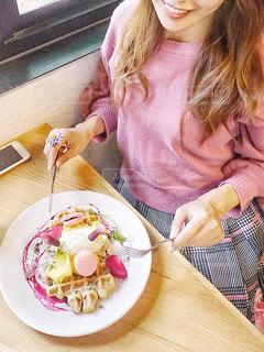 食事のテーブルに座っている少女の写真・画像素材[877463]