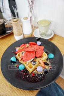 テーブルの上に食べ物のプレートの写真・画像素材[918645]