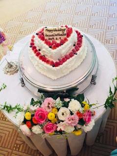 テーブルにバースデー ケーキのプレートの写真・画像素材[1239982]