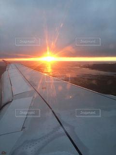 いくつかの水に沈む夕日の写真・画像素材[956035]