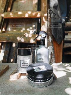 木製のテーブルの上のビールのグラスのクローズアップの写真・画像素材[2443158]