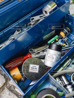 車の上に積み重ねられた荷物の山の写真・画像素材[2443160]