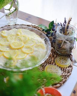テーブルの上に食べ物を1杯入れるの写真・画像素材[3224328]