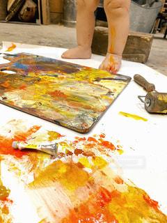 足,絵の具,子供,ペン,遊び,紙,筆,おえかき,パレット,室内遊び,子供の足,水彩絵の具,おうち時間