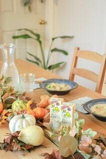 食べ物でいっぱいのテーブルの写真・画像素材[3799101]