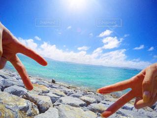 ビーチでフリスビーを投げ男の写真・画像素材[744007]