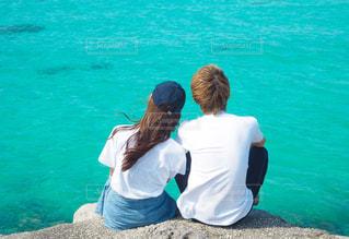 水の体の横に立っている人の写真・画像素材[944261]