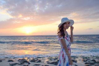 ビーチに立っている女性の写真・画像素材[944264]