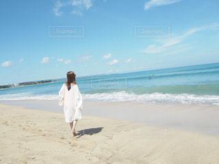 砂浜に立っている人の写真・画像素材[944274]