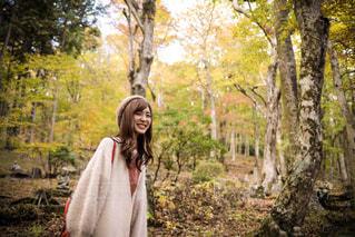 木の隣に立っている人の写真・画像素材[1031357]