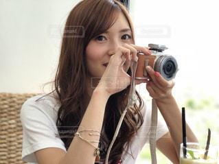 カメラを持って女性の写真・画像素材[1031363]
