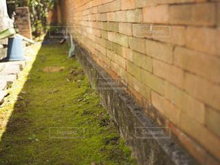 レンガの壁につながるパスの写真・画像素材[1259101]