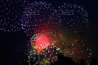 ストップ ライトは夜ライトアップします。の写真・画像素材[1325839]