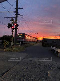 空,太陽,電車,夕焼け,光,鉄道,踏み切り,車両