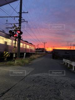空,屋外,太陽,赤,電車,夕焼け,光,道,黄昏,鉄道,踏み切り,車両