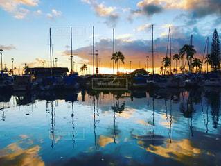 水の体の横にボートをドッキングします。の写真・画像素材[972468]