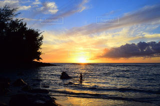 子ども,1人,自然,海,空,太陽,ビーチ,雲,夕暮れ,光,ハワイ,カウアイ島