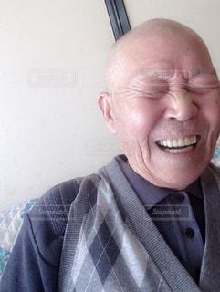 メガネをかけて、カメラで笑顔の男の写真・画像素材[1453467]