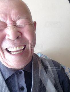 スーツとネクタイ、カメラに笑顔を身に着けている男の写真・画像素材[1453468]