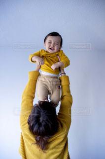 黄色いニットを着て楽しく遊ぶ親子の写真・画像素材[2800774]