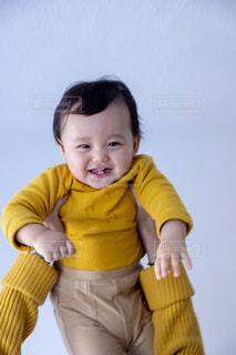 女性,子ども,家族,2人,ファッション,屋内,親子,黄色,人,赤ちゃん,可愛い,幼児,コーディネート,コーデ,冬服,マスタードカラー,マスタードカラーコーデ