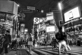 渋谷,駅前,スクランブル交差点,夜の街,通行人