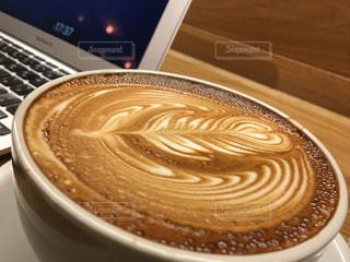 テーブルの上のコーヒー カップの写真・画像素材[942538]