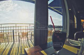 窓の前に座っている椅子の写真・画像素材[942547]