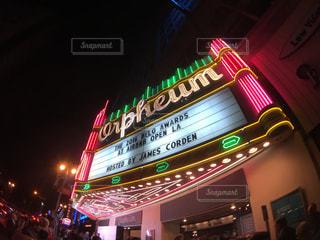 夜の店の上のサインの写真・画像素材[1010283]
