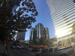 車の運転の高層ビルの横の道をの写真・画像素材[1010364]