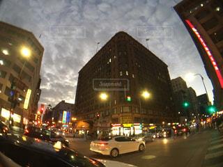 夜のトラフィックでいっぱい街の通りのビューの写真・画像素材[1010404]