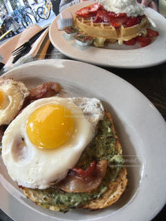 テーブルの上に食べ物のプレートの写真・画像素材[1010406]