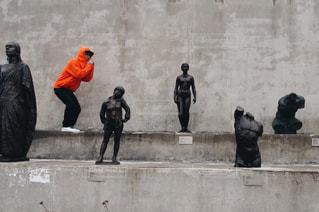 建物の側に歩いて人々 のグループの写真・画像素材[709302]