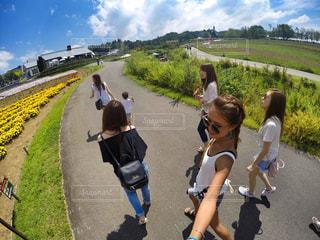 道の端に歩く人々 のグループ - No.709303
