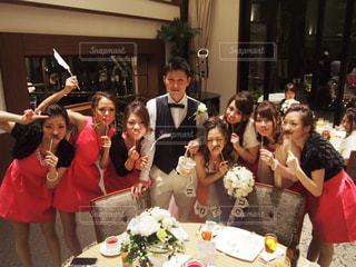 ケーキの前に立っている人々 のグループの写真・画像素材[785254]