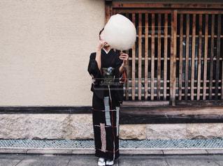 歩道に立っている女性の写真・画像素材[795080]