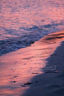 ピンク色に照らされる砂浜の写真・画像素材[843071]