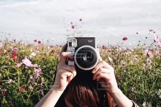 花と私とカメラの写真・画像素材[891698]