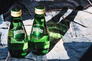 テーブルの上のビール瓶の写真・画像素材[904749]