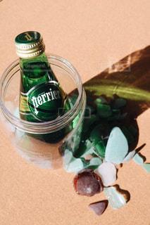 テーブルの上の水のボトルの写真・画像素材[919599]