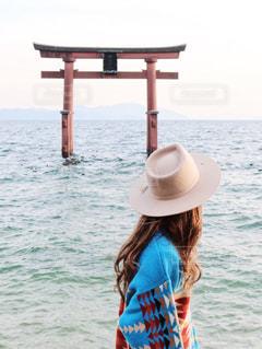 水の体の前に立っている人の写真・画像素材[1019005]