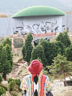 山の前に立っている人の写真・画像素材[1019022]