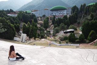 山の側面をスケート ボードに乗る人の写真・画像素材[1019039]
