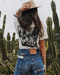 帽子をかぶっている女性の写真・画像素材[1047838]