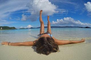 水の体の横に立っている人の写真・画像素材[1208637]